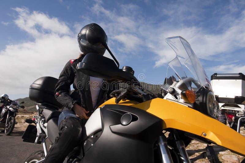 Jonge vrouw op een gele fiets stock afbeeldingen