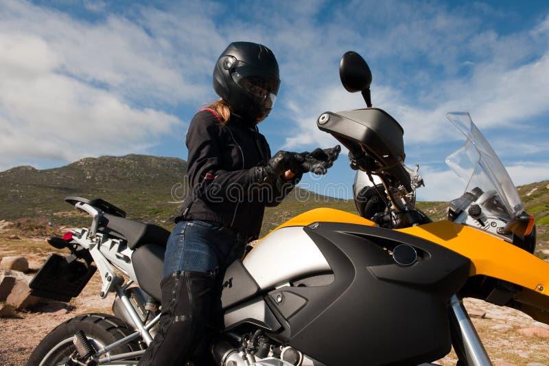 Jonge vrouw op een gele fiets royalty-vrije stock afbeeldingen