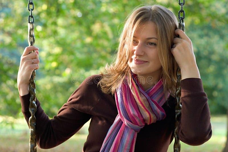 Jonge vrouw op een schommeling royalty-vrije stock afbeelding