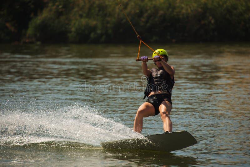 Jonge Vrouw op een Wakeboard stock foto