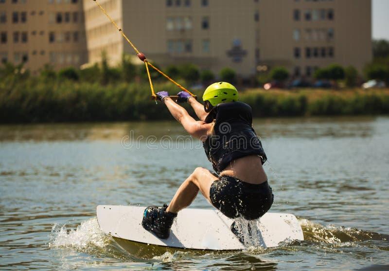 Jonge Vrouw op een Wakeboard royalty-vrije stock foto