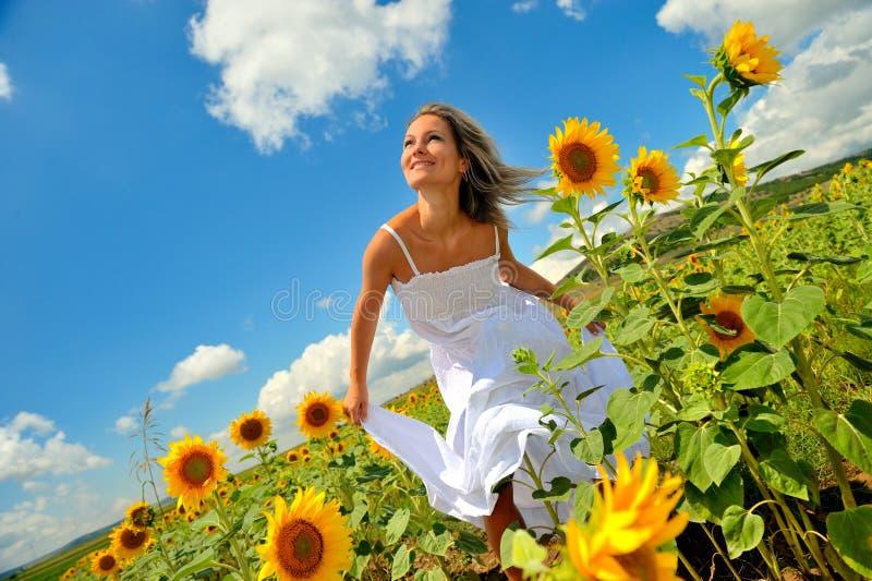 Jonge vrouw op gebied in de zomer royalty-vrije stock foto