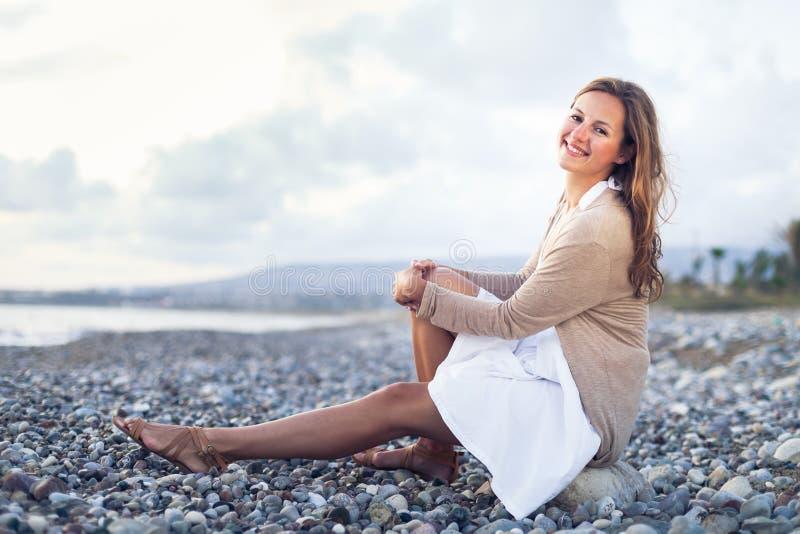 Jonge vrouw op het strand royalty-vrije stock foto