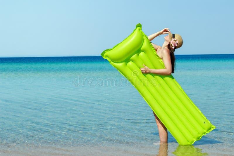 Jonge vrouw op het strand stock fotografie