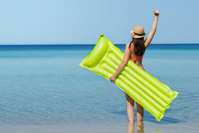 Jonge vrouw op het strand stock foto's