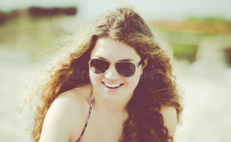 Jonge Vrouw op het Strand met Haar die in de Wind blazen Punta D stock afbeelding