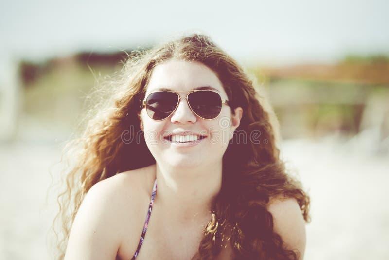 Jonge Vrouw op het Strand met Haar die in de Wind blazen Punta D royalty-vrije stock foto's