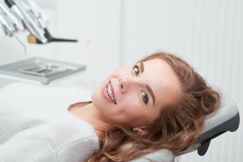Jonge vrouw op het tandartskantoor stock afbeelding