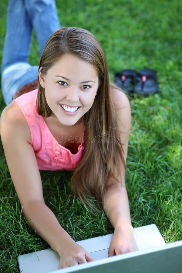 Jonge Vrouw op Laptop Computer royalty-vrije stock fotografie