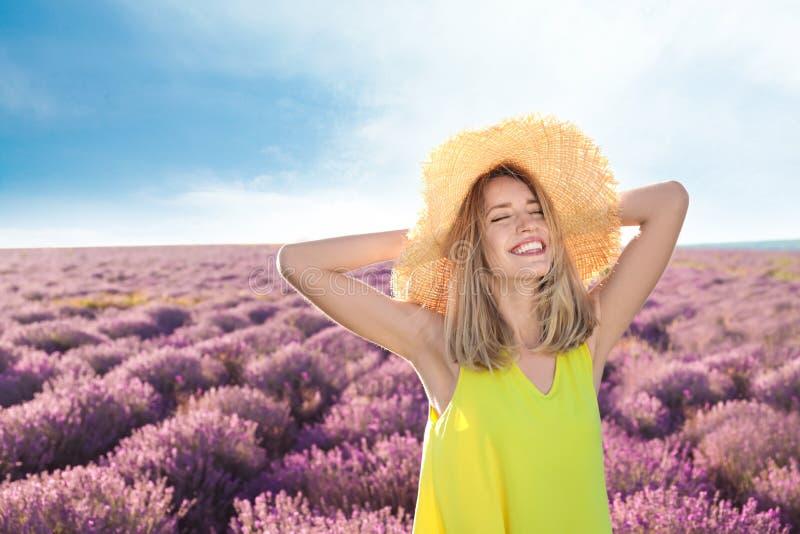 Jonge vrouw op lavendelgebied royalty-vrije stock fotografie