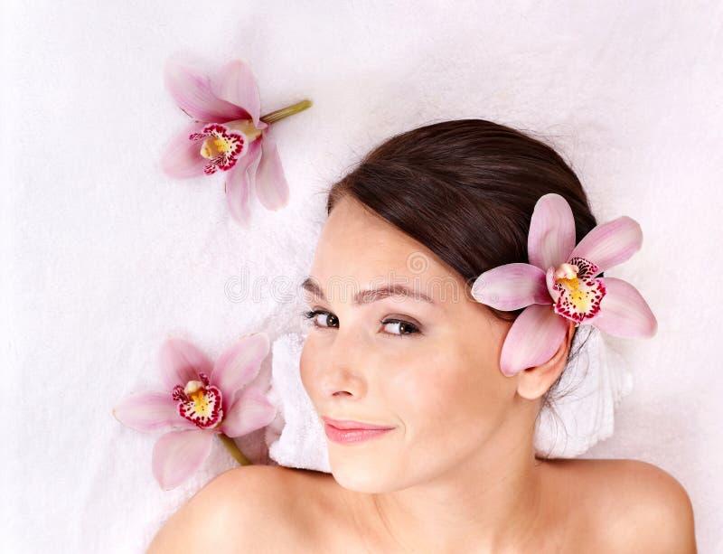 Jonge vrouw op massagelijst in beauty spa. royalty-vrije stock fotografie