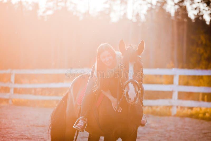 Jonge vrouw op paard stock afbeelding