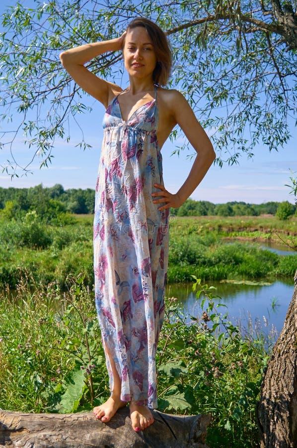 Jonge vrouw op plattelandsachtergrond stock foto