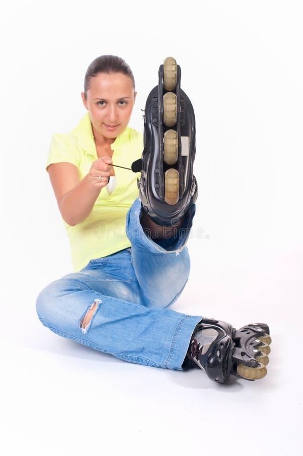 Jonge vrouw op rolschaatsen stock fotografie