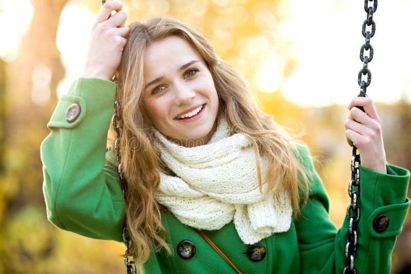Jonge vrouw op schommeling stock foto's