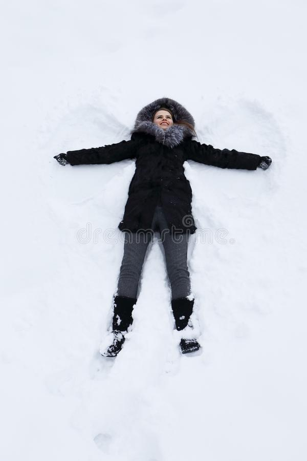 Jonge vrouw op sneeuw royalty-vrije stock afbeeldingen