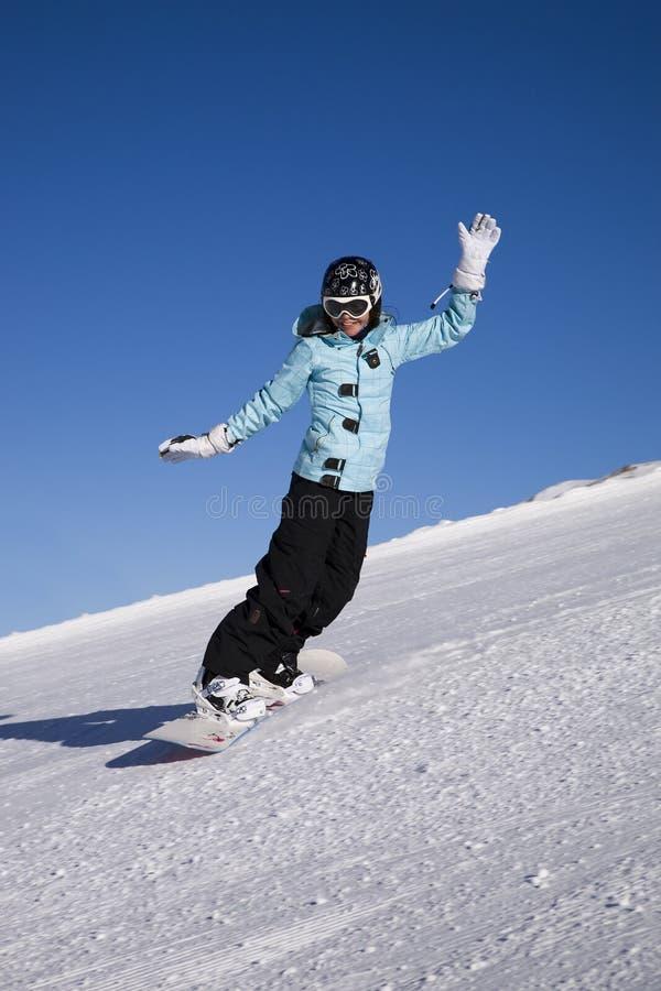 Jonge vrouw op snowboard op de helling van berg royalty-vrije stock fotografie