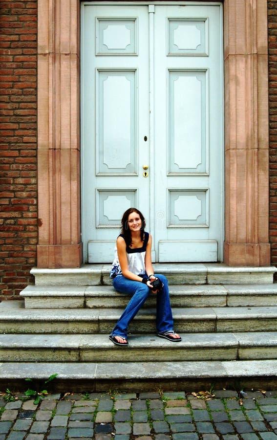Jonge vrouw op stappen voor deur royalty-vrije stock foto's