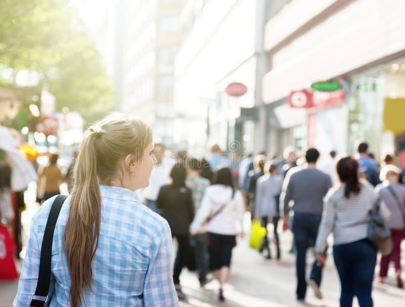 Jonge vrouw op straat stock afbeeldingen
