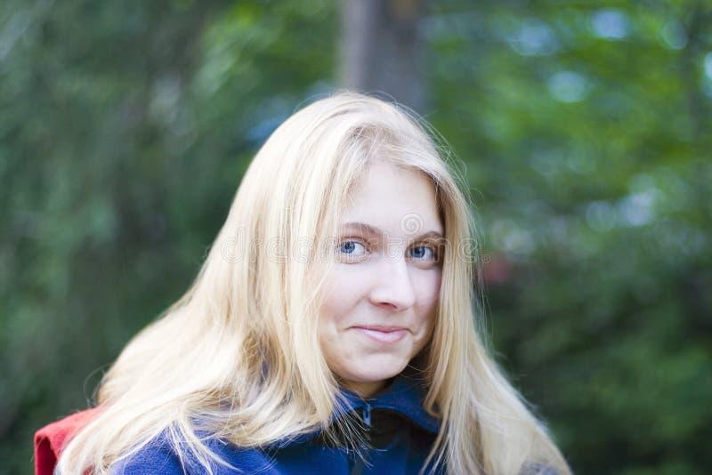 Jonge vrouw in openlucht stock afbeelding