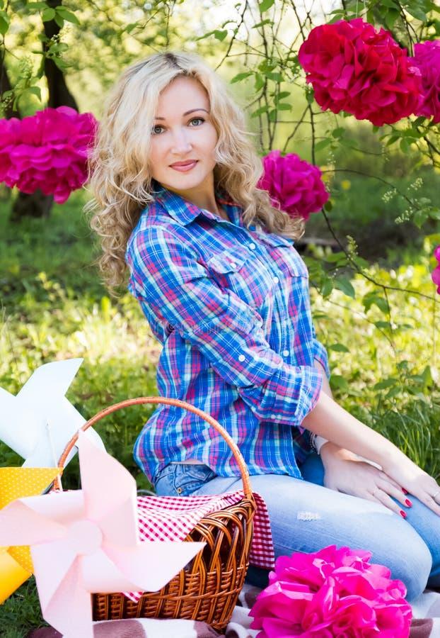 Jonge vrouw in openlucht bij picknick royalty-vrije stock foto's