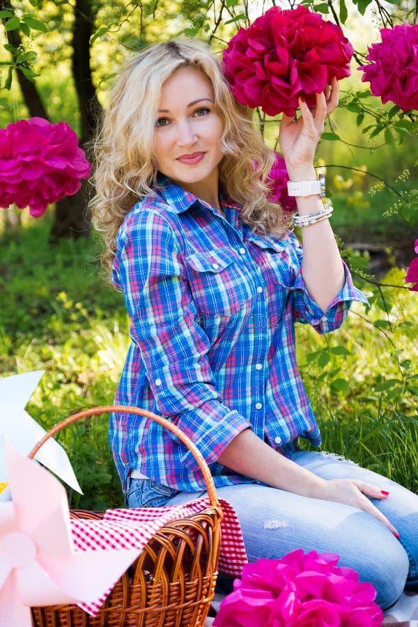Jonge vrouw in openlucht bij picknick stock fotografie