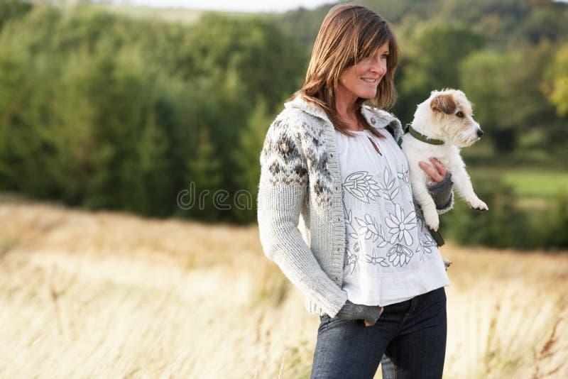 Jonge Vrouw in openlucht in het Landschap van de Herfst stock fotografie