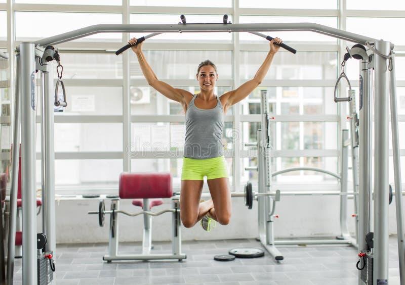 Jonge vrouw opleiding in de gymnastiek royalty-vrije stock foto's