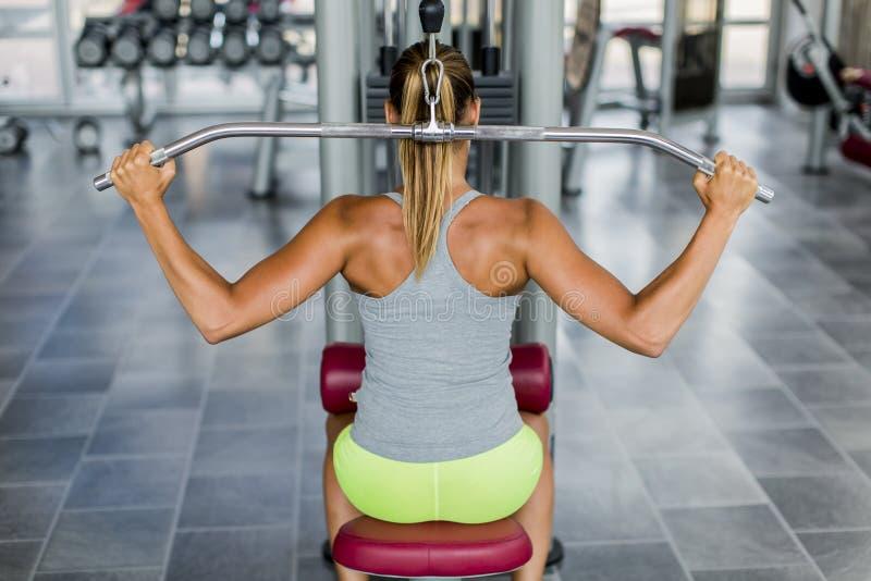 Jonge vrouw opleiding in de gymnastiek stock afbeeldingen