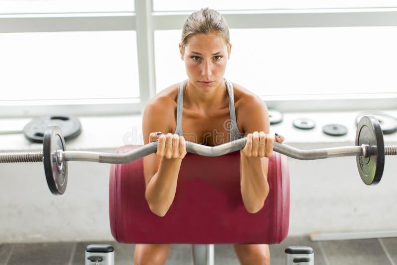 Jonge vrouw opleiding in de gymnastiek royalty-vrije stock fotografie