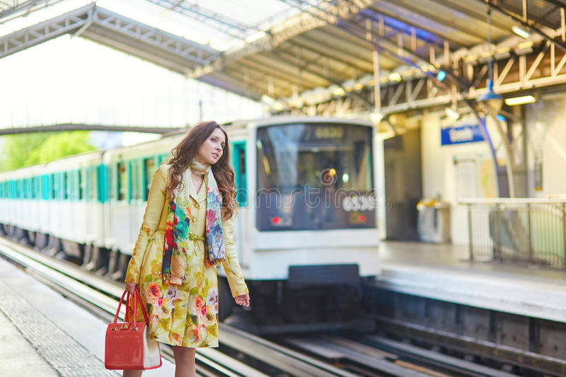 Jonge vrouw in Parijse ondergronds stock afbeeldingen