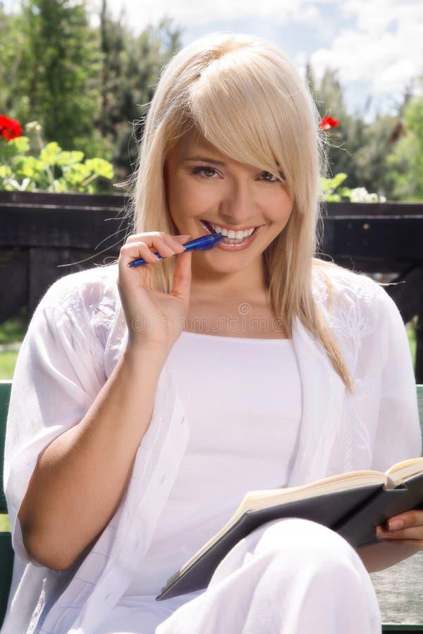 Jonge vrouw planning stock afbeelding