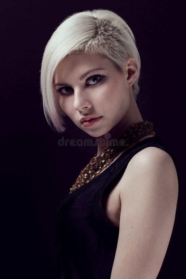 Jonge vrouw in Profiel royalty-vrije stock afbeelding