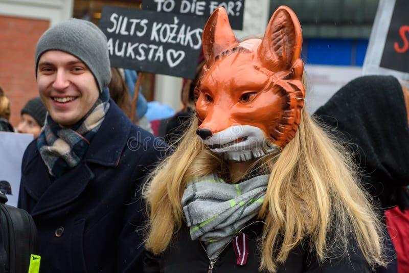 Jonge vrouw R met vosmasker, deelnemend 'Maart voor dieren in Riga, Letland royalty-vrije stock foto