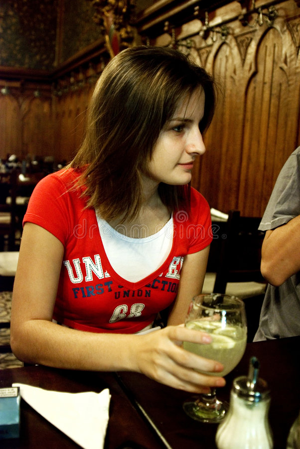 Jonge vrouw in restaurant royalty-vrije stock afbeelding