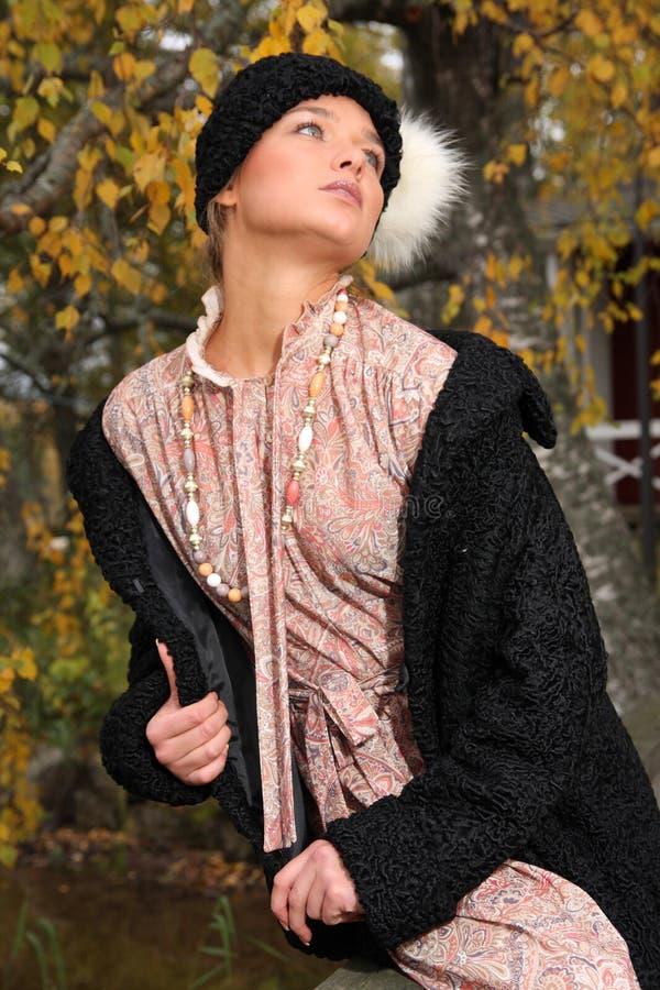 Jonge vrouw in retro kleding stock afbeelding