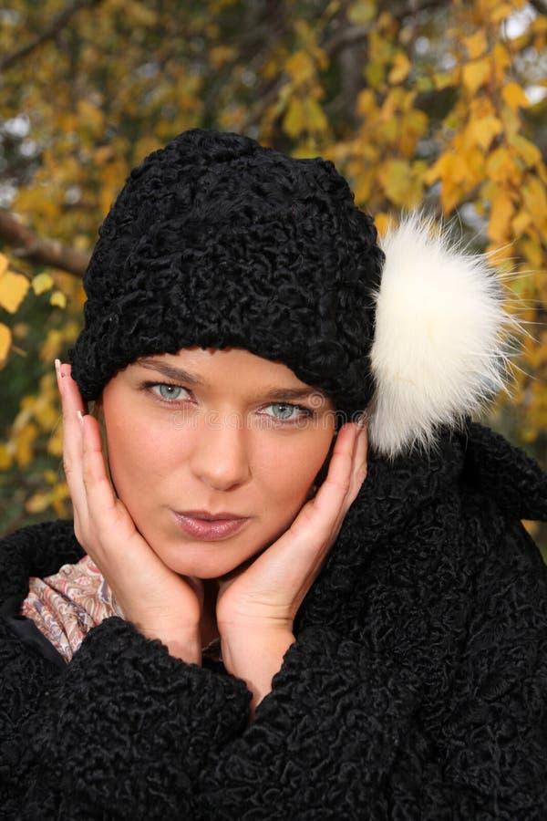 Jonge vrouw in retro kleding stock fotografie