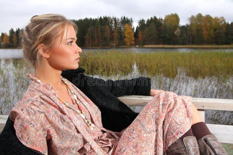 Jonge vrouw in retro kleding stock afbeeldingen