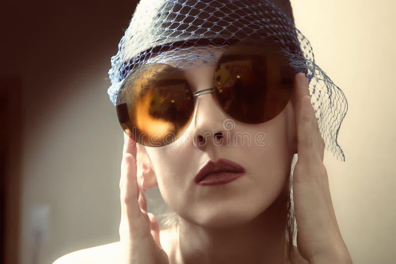 Jonge vrouw in retro zonnebril stock afbeeldingen
