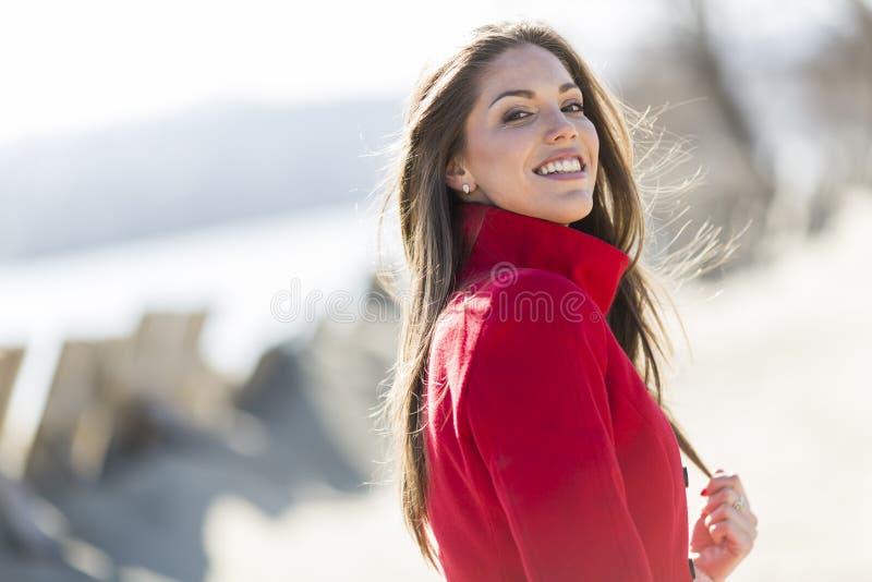 Jonge vrouw in rode laag royalty-vrije stock afbeelding