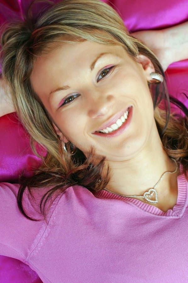 Jonge vrouw in roze royalty-vrije stock afbeeldingen