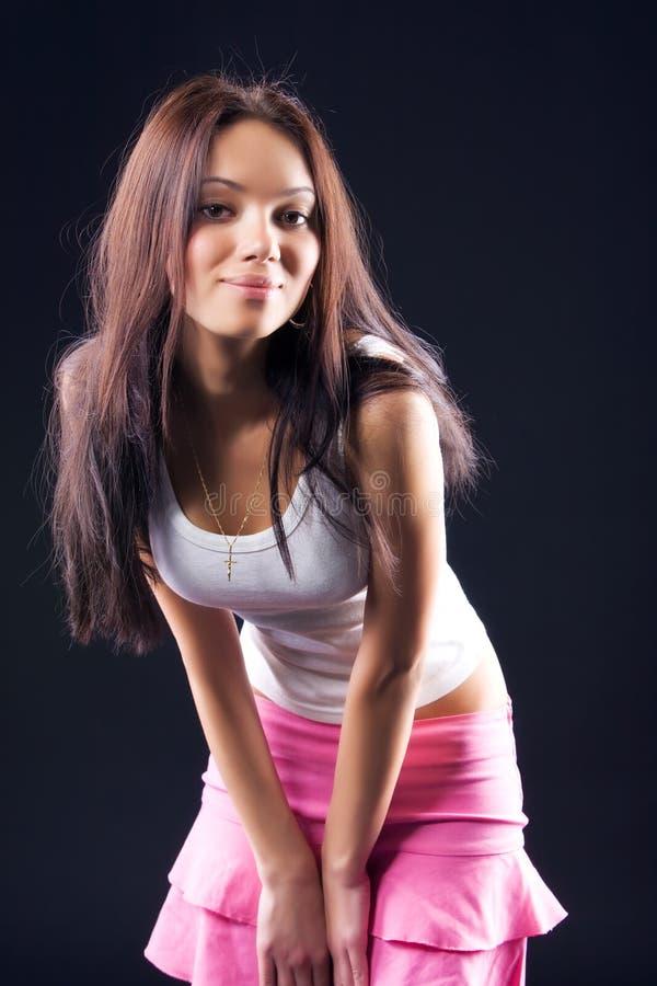 Jonge vrouw in roze rok stock fotografie