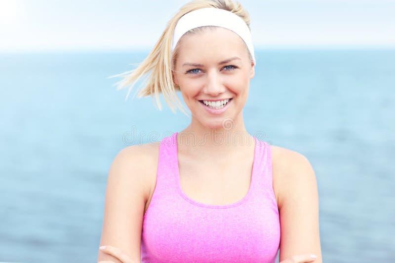 Jonge Vrouw in roze sportenbustehouder royalty-vrije stock foto's