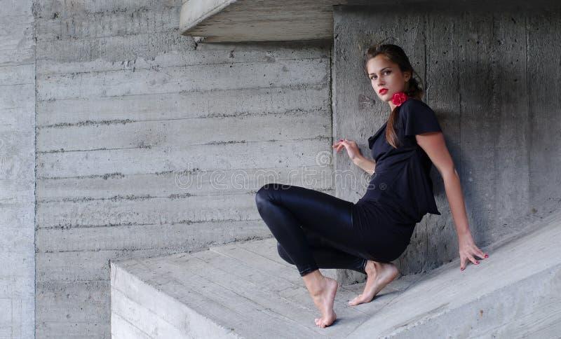Jonge vrouw in scherpe randen stock fotografie