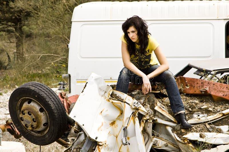 Jonge vrouw in scrapyard stock afbeelding