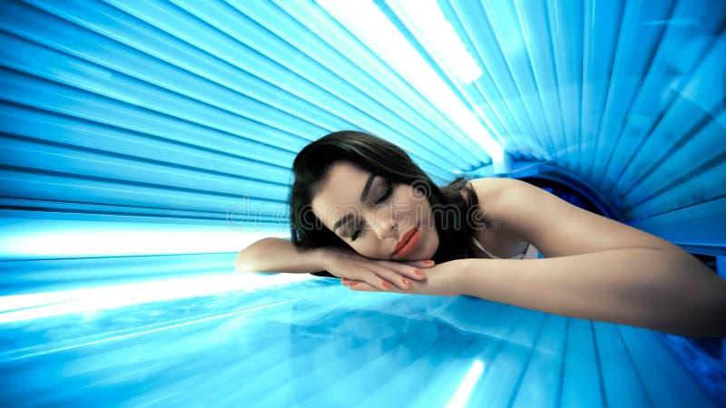 Jonge vrouw in solarium royalty-vrije stock foto