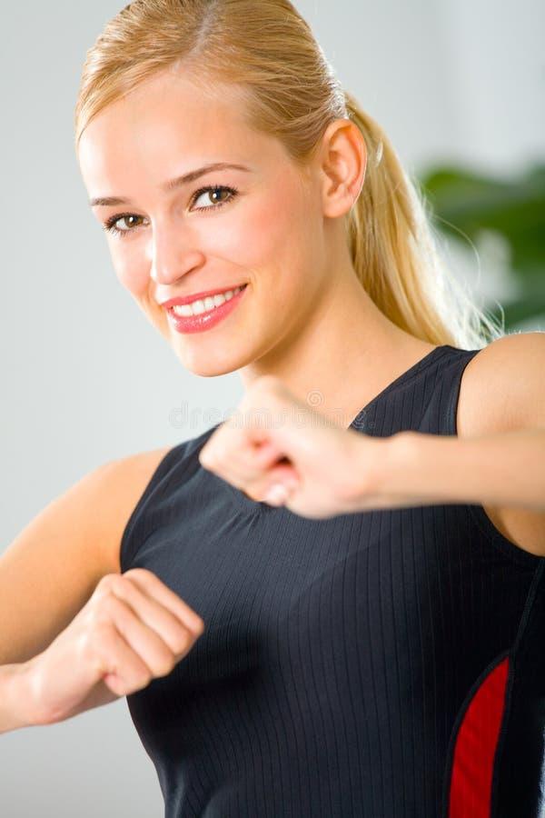 Jonge vrouw in sportkleding royalty-vrije stock afbeeldingen