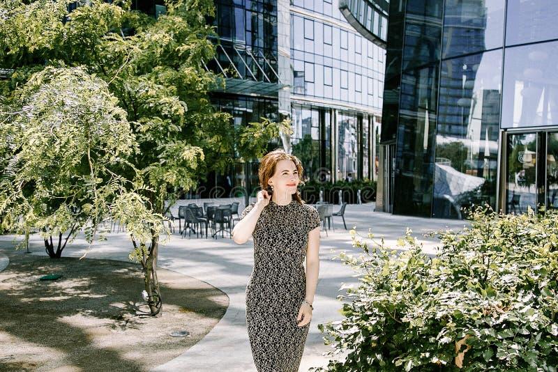 Jonge vrouw in stadspark royalty-vrije stock afbeelding