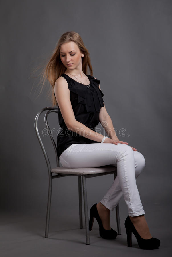 Jonge vrouw in studio royalty-vrije stock afbeeldingen