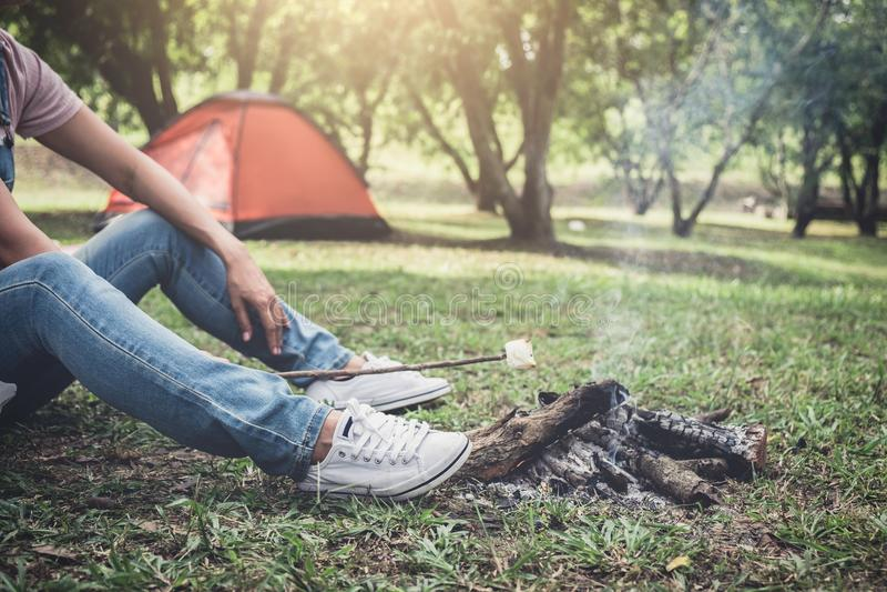 Jonge vrouw suikergoed van een wandelings het kokende heemst op het kampvuur royalty-vrije stock foto's